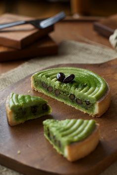 Matcha Tart with Black Beans and Sweet Potatoes. One bite into this creamy dessert and you'll get a sweet balance between the azuki beans and matcha! Matcha Dessert, Matcha Cake, Japanese Cake, Japanese Sweets, Delicious Desserts, Dessert Recipes, Yummy Food, Green Tea Recipes, Asian Desserts