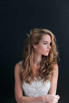 Toussled and Messy Curls with a Side Pin — Irrelephant Bridal Hair Down, Messy Bridal Hair, Wedding Hair Side, Side Swept Hairstyles, Curled Hairstyles, Flower Hairstyles, Straight Hairstyles, Wedding Hairstyles For Medium Hair, Hairstyle Wedding