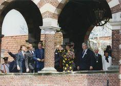 Koninginnedag. Koningin Beatrix en de koninklijke familie op bezoek in Sneek (Fr.), Nederland 30 april 1993. Foto: Koningin Beatrix zwaait vanaf de Sneekerpoort naar de aanwezigen. Links Twee van haar zonen waaronder Willem- Alexander en Pieter van Vollenhoven.