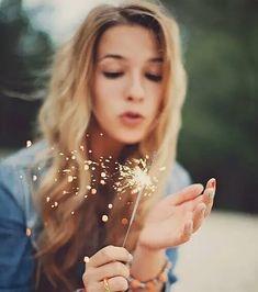 Depois de me cansar por tanto tentar agradar os outros me permiti escutar a voz do meu coração. Me libertei para me olhar no espelho e acolher o que eu via em seu reflexo me perdoando pelas vezes em que me preocupei mais com o que vinha de fora do que com o que vinha de dentro. Também entendi que nem tudo são flores que às vezes me sentirei triste ou insatisfeita mas tudo bem. Os dias cinzas acontecem não só do outro lado da janela mas também dentro da gente (e muitas vezes eles nos levam a refletir e despertar para o que precisa ir embora o que precisa mudar). A vida também me mostrou que ao contrário do que eu pensava nem todo perdão exige a presença. É preciso se respeitar e se amar deixando ir quem não nos acrescenta e não nos deixa confortável. Ela também me mostrou que o clichê de que o que realmente importa é o que somos e com quem devemos contar (e não o que temos) é bastante verdadeiro. Não troco os sorrisos abraços e beijos por nada que tenha preço. Sei que não sou a mesma de ontem e que amanhã posso ser outra. E me permito me reinventar me transformar mudar de ideia e até mesmo voltar atrás quando isso me fizer ir para frente. Não sou perfeita sou errante e isso eu não posso mudar mas posso aprender com meus erros e me tornar alguém melhor depois porque a vida é mesmo um constante aprendizado. Uma constante oportunidade para crescer sentir ser. E quem sabe aproveitá-la é quem carrega amor suficiente por si próprio e por todos aqueles que lhe fazem bem. Afinal é só isso que deixaremos aqui. Beatriz Zanzini #instatext #textgram #textpost #text #textos #vida #life #reflexão #pensamentododia #inspiração #amorpróprio #essência #crescimento #aprendizado #goodmorning #bomdia