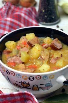Chłopski garnek to doskonała propozycja na obiad, gdy za oknem zimno i ponuro. Wspaniale rozgrzewa i syci na długo. O ile normalnie nie przepadam za pikantnymi potrawami, to to danie stanowi wyjątek. Lubię jak jest dobrze doprawione:) 1/2 główki białej kapusty 600g kiełbasy śląskiej Appetizer Recipes, Soup Recipes, Great Recipes, Cooking Recipes, B Food, Food Porn, Good Food, My Favorite Food, Favorite Recipes
