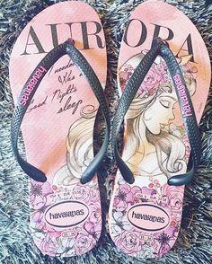 To pouco apaixonada pela minha nova @havaianas da Aurora! . #ÉSouDessas  . Também vi da Jasmine e confesso já quero todas! Alguém já viu de outras Princesas Disney por ai? #SouDessasTambém  . . Obs inútil:  depois da maternidade meus pés aumentaram 1 número aconteceu com alguém por aí também? #pin #disneyprincess #princesaaurora #abelaadormecida #havaianas #princess #princesas #chinelos #moms