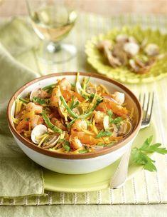 Salteado de fideos con chirlas y langostinos Healthy Recepies, Healthy Snacks, Snack Recipes, Cooking Recipes, Spanish Food, Curry, Food And Drink, Favorite Recipes, Dinner