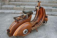 una #moto #VESPA, que ha hecho un artesano portugués llamado Carlos Alberto.