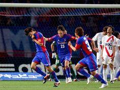 [ J1:第13節 F東京 vs 浦和 ] 先制を許し後がないF東京は90+1分、CKからのボールを森重真人(写真左)頭で叩き込み土壇場で試合を振り出しに戻した。  2012年5月26日(土):味の素スタジアム