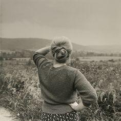 Mujer viendo la colina, 1989 - Foto de Frank Paulin (n.1926)