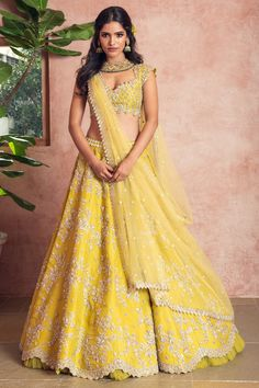 Unique patterned offbeat lehenga choli for this wedding season is being preferred over red. Choose a lehenga that makes everyone's hearts flutter. Multicolored lehenga to slay your bridal look this season. Lehenga Choli Designs, Lehenga Choli Images, Designer Bridal Lehenga, Bridal Lehenga Choli, Pakistani Bridal, Indian Bridal Outfits, Indian Designer Outfits, Indian Dresses, Pakistani Dresses