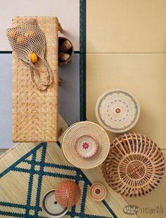 라탄이나 왕골, 실 등을 가로세로로 엮어 만든 위빙weaving 아이템은 소재와 색상, 직조 방법에 따라 가지각색의 표정으로 여름 데코를 완성해준다. 이 여름에 어울리는 네 가지 무드 제안.