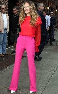 A Sarah Jessica Parker é a celebridade que mais aparece aqui nesta tag. Adoro as combinações de cores que ela monta, e a de hoje: vermelho mais pink é a minha favorita! Só não gosto do sapato branco… e vocês, o que acham?! Foto: Reprodução