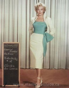 There are many fashion lessons we can learn from Marilyn Monroe. Take a look at 10 of the best fashion lessons from Marilyn Monroe at HowStuffWorks. Glamour Hollywoodien, Hollywood Glamour, Vintage Hollywood, Hollywood Cinema, 1950s Style, Moda Vintage, Vintage Mode, Vintage Style, Vintage Outfits