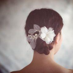 Casque de mariage Ivoire cheveux fleur  Accessoires par wishpiece, $69.00