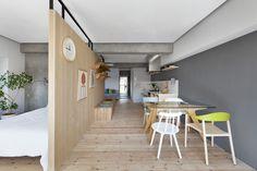 Un apartamento japonés Silas: azul Blocco de Plank, blanca Still Wood de los Bouroullec para Magis y Basel de Jasper Morrison para Vitra.