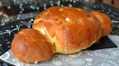 Coquille de Noel ou Cougnou (Sam E says 5 g of yeast) Croissants, Belgium Food, Belgian Cuisine, Thermomix Bread, Winter Desserts, Bread Cake, Xmas Food, Specialty Foods, Beer Recipes