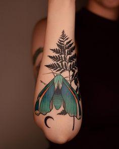 Insect Tattoo, Moth Tattoo, Plant Tattoo, Leg Tattoos, Body Art Tattoos, Tattoo Drawings, Sleeve Tattoos, Tatoo Nature, Nature Tattoos