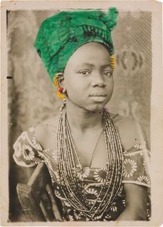 Seydou Keïta Sans titre, 1949-51 Tirage argentique d'époque 18 x 13 cm Paris, galerie MAGNIN-A © Seydou Keïta / SKPEAC / photo François Doury