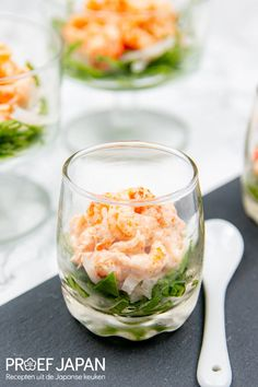 Rivierkreeftjes met shichimi togarashi mayonaise   Proef Japan Fish And Seafood, Fresh Rolls, Food Japan, Ethnic Recipes, Japanese, Drinks, Salads, Finger Food, Drinking