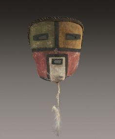 Tres rare et impressionnant masque TUMA UYIM ou WHITE CHIN KACHINA Cuir (reemploi de selle), pigments mineraux Hopi, Arizona, Sud Ouest des Etats Unis d'Amerique vers 1900-1920 Ht 18,5 cm Masque facial… - Eve - 30/05/2016