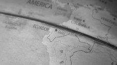 Linha do Equador no Globo. Quando pensamos no Equador, logo lembramos da famosa Linha do Equador que divide os hemisférios norte e sul. O Equador fez um grande monumento para celebrar essa linha em um lugar que hoje é chamado de parque Ciudad Mitad del Mundo. A linha foi definida após uma expedição que durou mais de 8 anos comandada por uma equipe francesa no século XVIII.