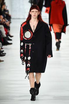 メゾン マルジェラから新作「タビ」シューズ登場、「赤」と「黒」で表現されるモダンなブーツ   ファッションプレス