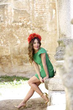 Paula Ordovas con look de boda de día: Vestido verde y tocado flores rojas. Ideal!