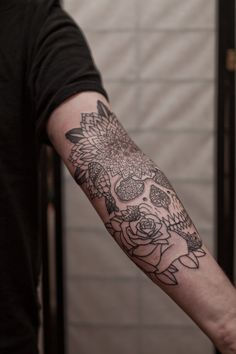 Another skull tattoo that I like...and I'm not a fan of skull tattoo's!