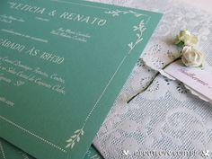 Convite de casamento na cor Tiffany e envelope rendado e fechamento com mini-rosas de papel.