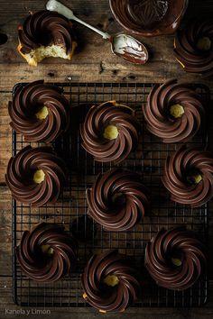 Estos bizcochitos son un bocado de cielo. La cobertura de chocolate les queda espectacular y es una forma súper fácil de decorar nuestro...