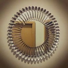 This would be interesting around a ceiling light or fan. Mirror Mosaic, Mirror Art, Diy Mirror, Plastic Spoon Crafts, Plastic Spoons, Spoon Mirror, Diy Wood Stain, Starburst Mirror, Home Decor Wall Art