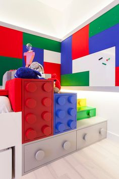 Having a Lego-inspired bedroom theme can leave a lot up to the imagination without the room being too immature. There are fun ways to bring in the Lego Lego Bedroom, Bedroom Themes, Kids Bedroom, Kids Rooms, Bedroom Ideas, Boy Bedrooms, Bedroom Decor, Lego Design, Lego Display Shelf