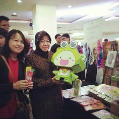 KuPi ketemu Bu Risma si Surabaya piii !!! Bu Risma nya pangku KuPi sambil mesem-mesem hihihi Ternyata Bu Risma juga suka sama KuPi ya <3 Terima kasih #DecoDecoClub dan #popconasia yang udah bikin kita bisa ketemuan :D Yang di Surabaya yuk ke gedung Siola hari ini atau besok biar bisa ketemu KuPi dari @pipoyastory Reon & Reyna dari @reoncomics dan Jun/Ken/Riku dari @platinaparlour di Popcon Surabaya! Koleksi semuanya mumpung harga event ! #mainananak #mainanedukasi #surabaya #siola…