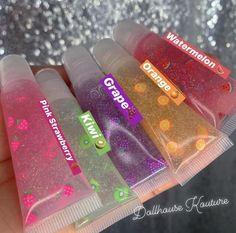 Color Glitter gloss with encapsulated (sterilized) fake fruit. Lip Gloss Homemade, Diy Lip Gloss, Flavored Lip Gloss, Glitter Lip Gloss, Best Lip Gloss, Lip Gloss Colors, Gloss Labial, Lip Oil, Glossy Lips
