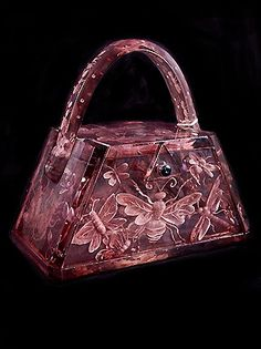 Trendy Women's Purses : .lucite purse with bee, butterfly, and dragonfly Source by Bags purses Vintage Purses, Vintage Bags, Vintage Handbags, Vintage Pink, Vintage Style, Handbags On Sale, Luxury Handbags, Purses And Handbags, Nice Handbags