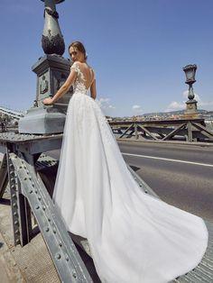16 nejlepších obrázků z nástěnky Svatební šaty v roce 2019 dc6fcf19518