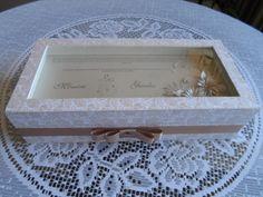 Convite especial para padrinhos incluindo a lembrancinha no interior da caixa produzido por Mônica Guedes
