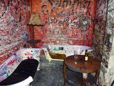 Really cool punk bar Budapest Ruin Bar, Budapest Restaurant, Claw Foot Bath, Bar Interior, Brown Art, Pub Bar, Beer Garden, Bar Signs, Coffee Shop