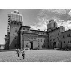 """""""Perché avete la casa del re se non avete il re?"""". Foto e commento di Justice Imonite Ediale. La foto é parte della mostra (ri)SCATTI: #Ferrara vista dagli occhi di #rifugiati e richiedenti #asilo che vivono qui. #MyFerrara #comunediferrara #coopcamelot #igersferrara #castello #castelloestense #castelloestenseferrara #castle"""