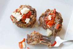 Red peppers and crumbled feta give these moist and marvelous mini meatloaves their Mediterranean-style appeal. Mini Meatloaf Muffins, Parmesan Meatloaf, Mini Pains, Recipe Please, Kraft Recipes, Cooking Instructions, 30 Minute Meals, Meatloaf Recipes, Calories
