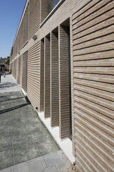 Horizontal relief pattern in brick Brick Design, Facade Design, Exterior Design, Brick In The Wall, Townhouse Exterior, Brick Steps, Brick Works, Brick Detail, Brick Texture