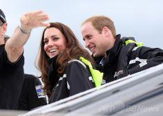 ニュージーランド・オークランド(Auckland)の港でチームニュージーランドのヨットに乗り込む英国のウィリアム王子(Prince William)とキャサリン妃(Catherine, Duchess of Cambridge、2014年4月11日撮影)。(c)AFP/FIONA GOODALL ▼11Apr2014AFP 英王子夫妻がヨット対決、勝者はキャサリン妃 NZ http://www.afpbb.com/articles/-/3012409 #Auckland #PrinceWilliam #Catherine #DuchessofCambridge