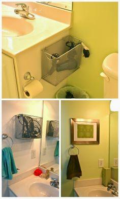 Cestos aramados: Usados de uma maneira diferente, presos aos armários ou parede organizam itens maiores como o secador de cabelos, chapinha, etc.