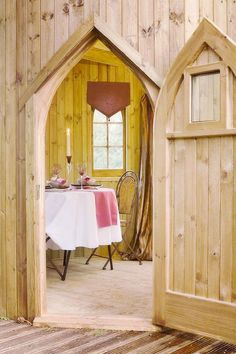 Kilmarnock Treehouse. Continuing on the note of the treehouse castles, today we have a different but no less majestic one. The two towers are connected together by a bridge and the deck on the first floor calls for a royal dinner. Located in...
