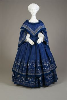 Blue silk taffeta evening dress with two-tier skirt. American, ca. 1855 Silk taffeta, jacquard woven ribbon, silk fringe Gift of Ann Jenkins Farmer in memory of our mother Dorothy Longbrake Jenkins Roberts, KSUM a-d Victorian Gown, Victorian Fashion, Vintage Gowns, Vintage Outfits, Vintage Hats, 1850s Fashion, Steampunk Fashion, Fashion Fashion, Civil War Dress