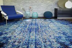 mehrfarbiger Designerteppich Tibey Blue Crush mit ineinander verlaufenden, kontrastreichen Farben