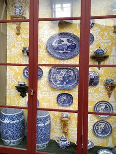 love the blue willow on yellow chinoiserie wallpaper!