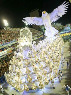 """Juerguistas de la escuela de samba """"Portela"""" participan en el desfile del Carnaval en el Sambodromo, en Río de Janeiro, Brasil (Foto: Xinhua )"""
