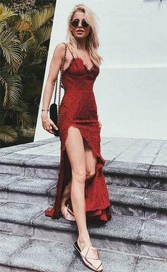 Street style look com vestido vermelho de renda.