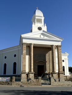 NG gemeente Colesberg - Dieselfde gebou, 95 jaar later afgeneem nadat hy sy kerktoring in 1926 gekry het. Church Pictures, Religious Architecture, Church Building, Brick And Stone, African History, Mosques, Cathedrals, Countries Of The World, Live
