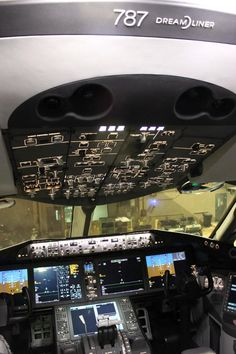 787 cockpit, Beautiful airplane except for the batteries ; Aviation Forum, Civil Aviation, Boeing 787 Dreamliner, Passenger Aircraft, Commercial Aircraft, Aircraft Design, Flight Deck, Air Travel, Airplanes