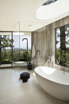 Magnifique salle de bains avec sa douche italienne et sa vue imprenable