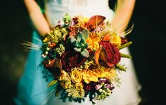 As the bride Vivian Leal Vianna got married in may this year with Leandro Kenski, she chose a bouquet made with a sophisticated composition of succulents and flowers in shades of yellow and red, following a palette of autumnal colours.
